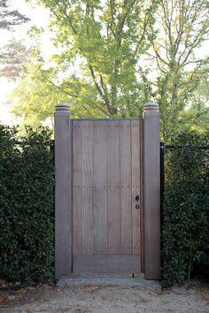 #tuinpoort #houten_tuinpoort #eik #afrormosia #moabi #afzelia #kwaliteit #duurzaamheid #afwerking #premium_lifestyle #outdoor #poolhouse #orangerie #home_office #garden_office #ervaring #innovatie #tuin #landelijk #manoir #cottage #fermette #country #made_in_belgium #vergrijsd #hout #guesthouse #architectuur #architecture #rustique #rustiek #sfeer #warmte #natuur #ecologisch_landhuis #Belgian_house #cosy #Brugs_raam #schuurpoort #staldeur #herenhuis #country_house #farm #knokke #manoir…