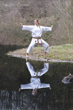 Outdoor Karate-Fotoshooting am See. Weibliche Karateka, Braungurt, 1. Kyu im Wasser.  (c) Kerstin Pinnen Photodesign