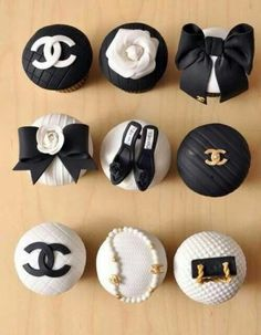 Designer Cupcakes - Chanel, but of course why not a wedding theme! Chanel Party, Chanel Wedding, Cupcakes Chanel, Chanel Cookies, Beautiful Cupcakes, Cute Cupcakes, Cupcake Cookies, Wedding Cupcakes, Themed Cupcakes