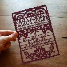 """Une invitation de mariage colorée de """"Papel picado"""", rien de tel pour donner une touche mexicaine à votre mariage ! Le """"Papel picado"""" se décline pour toute votre décoration de mariage, aussi bien pour vos marque-places que pour votre salle de réception."""