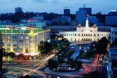 Hô-Chi-Minh-Ville, Viêt Nam  Nommée Saigon ou Saïgon jusqu'en 1975, elle est la plus grande ville du Viêt Nam et son poumon économique, devant la capitale Hanoï.  Sa prise par les communistes le 30 avril 1975 (chute de Saïgon), marqua la fin du conflit, et les vainqueurs débaptisèrent la ville au profit du nom de leur « leader » historique, Hồ Chí Minh, décédé plus de cinq ans auparavant.