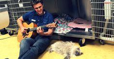 Этот парень играет на гитаре и поет песни своим усатым пациентам