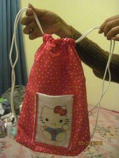 Mochila con el detalle de Hello Kitty.