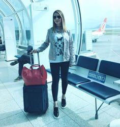 Look confortável para viajar: camiseta, jaqueta, legging e slip-on flatform.