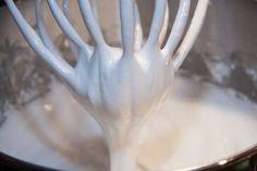 Najlepší krém na torty aj na zdobenie zákuskov: Perfektne drží a príprava nie je žiadna veda! Aquafaba, Keto Whipped Cream, Homemade Whipped Cream, Best Food Processor, Food Processor Recipes, Pan Nube, Homemade Frosting Recipes, Crema Fresca, Protein Powder Shakes