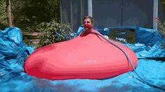 Sabías que Mira a un hombre meterse en un globo de agua gigante y explotarlo en slow motion