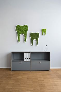 Schöne Zähne gibt es nicht nur im Mund - jetzt auch an der Wand. Unsere Mooszähne verschöneren garantiert jede Wand. Dental Office Decor, Medical Office Design, Office Interior Design, Moss Wall Art, Creative Wall Decor, Entry Way Design, Clinic Design, Space Interiors, Home Decor Bedroom