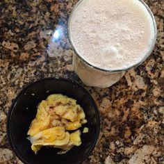 Bom dia! Vamos de kefir com leite de coco e banana e um ovinho mexido com páprica picante