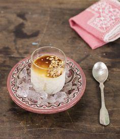 Semifredo de amendoim com shot de café | #ReceitaPanelinha: Esta versão a jato da clássica sobremesa italiana é preparada com pasta de amendoim e caldo de laranja. Garantia de sucesso!