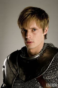 "Serie ""Real men shave"" -- Prince Arthur (anglais Bradley James) dans série tv Merlin.  2008-2011"