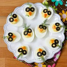 Chirp, Chirp Deviled Eggs These adorable deviled eggs will delight your kids on Easter . or any time of the year. And, eggs are nutritious. Easter Recipes, Baby Food Recipes, Appetizer Recipes, Easter Appetizers, Cute Food, Yummy Food, Creative Food Art, Food Art For Kids, Food Garnishes
