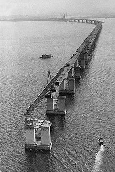 30/04/1973 - Vista aérea das obras de construção da Ponte Presidente Costa e Silva (Rio-Niterói), na Baía de Guanabara, inaugurada em 1974.