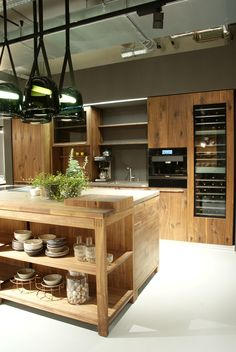 Große, moderne Küche mit Kücheninsel und viel Stauraum