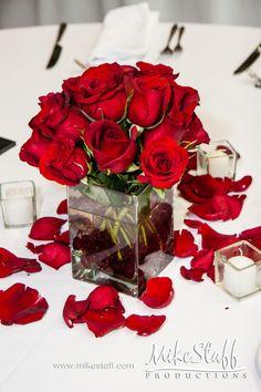 Centro de mesa con rosas rojas en jarrón de vidrio cuadrado, sencillo y muy decorativo. #CentroDeMesa