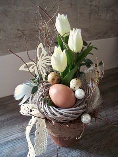 Easter arrangement with white tulips, of course … that dances with the flowers… - Blumen Deco Floral, Arte Floral, Easter Projects, Easter Crafts, Easter Decor, Spring Decoration, Easter Flowers, Decoration Originale, Easter Holidays