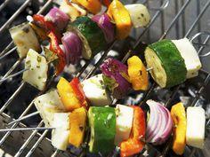 Halloumi-Gemüse-Spieße | http://eatsmarter.de/rezepte/halloumi-gemuese-spiesse