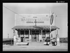 This photograph of the Hammon Ranch General Store was taken in January 1939 by Russell Lee. Located in Chicot, Arkansas, the general store was leased by the Farm Security Administration. Rare Photos, Vintage Photos, Great Depression, Unbelievable Facts, Local Attractions, Little Rock, Old Farm, General Store, Gas Station