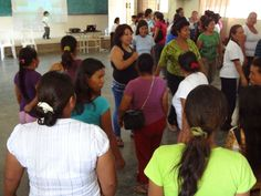 """National UN Volunteer Martha Guerrero Jiménez conducts an exercise with leaders of women's organizations during an assembly with the """"Women's Round Table"""" in the Municipality of Orellana, Ecuador. The women gathered to discuss the Annual Operative Plan 2012 to coordinate their actions to promote gender budgeting.   (María de los Angeles Manzano, 2011)"""