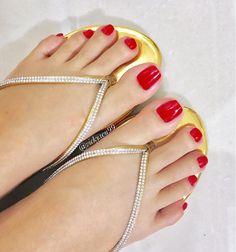 Happy Friday ! #perfectfeet #ilovemyfeet #footfetishgroup #footfetishnation #footfetishcommunity #footModel #toes #prettyfeet #prettytoes #sexyfeet #prettysoles #beautifulfeet #beautifultoes #longtoes #smellyfeet #piedi #pezinhos #sexytoes #apaixonadoporpes #feetlovers #ticklishfeet #footporn #instafeet #feetfetishworld #vickywu99