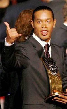 Ronaldinho, rey por aclamación  Un gesto típico de Ronaldinho, igual que su sonrisa Fifa, Rey, Smile, Training