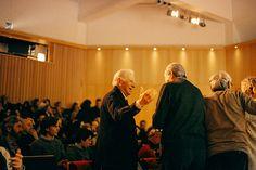 """El aqruitecto André Ricard y Ramón Bigas  en la presentación del documental """"Miguel Milá. Diseñador industrial e interiorista. Inventor y bricoleur"""" en la Fundación Joan Miró de Barcelona."""