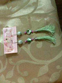 Biju brinco comprido com conta em verde e madre pérola em  verde com franja tessel