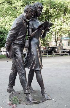Шурик с Ниной. Памятник. Скульптура.
