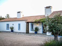 Spanish Bungalow, Spanish Style, Greek Decor, Casa Patio, Farmhouse Renovation, Rural House, Courtyard House, Portugal, House Colors