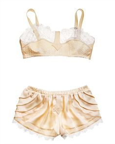 This season don't hide your delicate lingerie underneath your clothes. Take inspiration from Marc Jacobs and Valentino wear your lingerie out in the open. Lingerie Vintage, Lingerie Fine, Jolie Lingerie, Beautiful Lingerie, Vintage Underwear, French Lingerie, Lingerie Set, 1930s Fashion, Fashion Moda