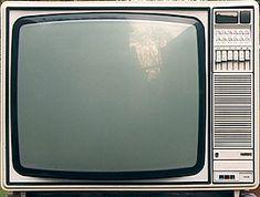 """Quand j'étais petite, on me disait toujours """"pousse-toi, tu n'es pas transparente"""". Hum. C'est que, voyez-vous, j'étais toujours plantée devant la télévision. La télévision de mes parents ressemblait à peu près à cela : Ok, il était moche, mais on était un peu dans les années 80, et"""