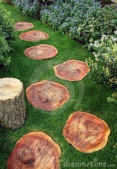 Gartenpfad mit Holz und Rasen