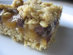 Look at those bars! Who does not love the combination of caramel and chocolate? Wow, I had forgotten how great these bars are. I love the texture of the slighlty crisp crust with the gooey caramel …