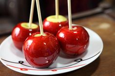 Mere in caramel – amintiri dulci ale copilariei Gourmet Caramel Apples, Mini Caramel Apples, Chocolate Covered Apples, Candy Apple Bars, Candy Apples, Apple Recipes, Pretzel, Donuts, Candy Shop