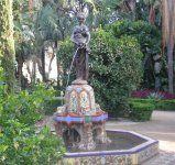 """Fuente de la Niña del Cántaro, a la que también llaman """"la muñeca"""". Muy colorida pues su pedestal está compuesto con azulejo de colores."""