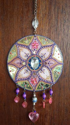 Mandala em CD Pintura com técnica mista, relevos e etc. Decore seu ca. Mandala on CD Painting with mixed technique, reliefs and etc . Decorate your ca . Upcycled Crafts, Old Cd Crafts, Recycled Cds, Arts And Crafts, Diy Crafts, Crafts With Cds, Cd Diy, Art Cd, Cd Recycle