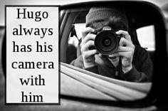 Hugo siempre lleva su cámara con él. Asked by: anon