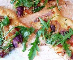 Pizza með Camenbert, hráskinku, vínberjum, rósmarín og klettasalati