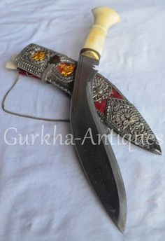 Swords And Daggers, Knives And Swords, Kukri Machete, Assassins Creed Art, Cool Knives, Bow Arrows, Medieval Knight, Silver Work, Survival Knife