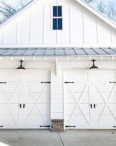 Look at this interesting farmhouse garage doors - what an original type Garage Exterior, Garage Door Design, Barn Garage, Garage Plans, Carriage Style Garage Doors, White Garage Doors, Garage Workbench, Garage House, Aalborg