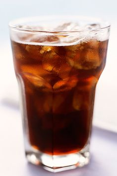 Crohn's disease can put you at risk for dehydration. Learn about the best and worst beverages so you can stay hydrated without worsening Crohn's symptoms. Kombucha, Table Des Calories, Crohns Awareness, Coca Cola, Get Healthy, Healthy Recipes, Healthy Sugar, Healthy Tips, Healthy Choices