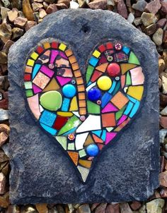 Mosaico de colores intensos sobre pizarra oscura... ¡Precioso!