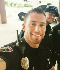 Hot guys pictures every day! Only the most attractive men, cute boys and fit jocks. You're all invited for some much needed daily male eye-candy. Hot Cops, How To Look Attractive, Attractive Men, Men In Uniform, Cop Uniform, Handsome Faces, Handsome Man, Hommes Sexy, Military Men