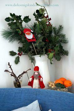 Der Nikolaus ist bei uns in der Gegend ziemlich aktiv. Schon Tage vor seinem Fest schleicht er durch die Ortschaft und steckt mal verstohlen eine Erdnuss in die Rucksäcke oder Stiefel in der Kinder...