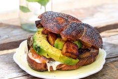 A kedvenc receptünk a Steiner Kristóf Lakomáiból Vegan Vegetarian, Hamburger, Ethnic Recipes, Plate, Food, Dishes, Plates, Essen, Burgers