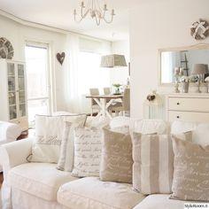 olohuone,keittiö,tyynynpäällinen,valkoinen sisustus,lankkupöytä