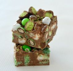 If you love all things mint, this Chocolate Mint Rocky Road recipe is definitely for you! I got the idea for this recipe awhile ago when talking to a friend about what ingredients we would Xmas Food, Christmas Cooking, Christmas Desserts, Christmas Treats, Homemade Christmas, Christmas Recipes, Köstliche Desserts, Delicious Desserts, Dessert Recipes