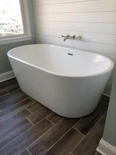 Add understated elegance to any decor with this Wyndham Collection Carissa Acrylic Flatbottom Non-White Whirlpool Bathtub with Polished Chrome Trim. Master Bathroom Tub, Bathroom Renos, Bathroom Interior, Master Bathtub Ideas, Bathroom Tubs, Condo Bathroom, Concrete Bathroom, Bathroom Ideas, Bath Tubs