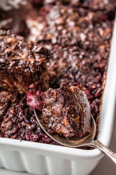 Pieczona owsianka czekoladowa z wiśniami (7 składników) - Wilkuchnia Breakfast Bowls, Dessert Recipes, Desserts, Granola, Banana Bread, Pork, Menu, Cooking Recipes, Sweets