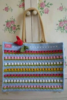 Free crochet bags patterns to make! We love making crochet bags, they are fun and quick to make and you can never have too many. Crochet Handbags, Crochet Purses, Crochet Bags, Love Crochet, Knit Crochet, Crochet Flowers, Knitted Bags, Crochet Accessories, Handicraft
