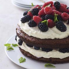 Brownielagkage med limecreme og friske bær